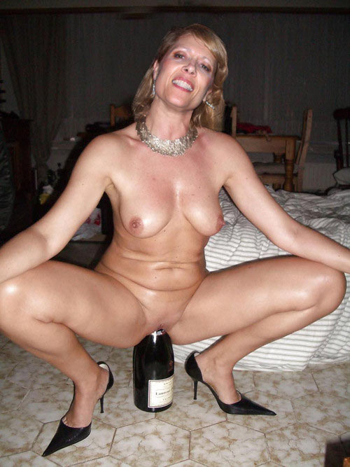 Mature bitch playing with her bottle
