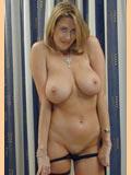 Femme brune nue suce pulpeuse