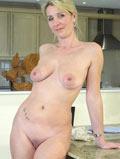 Belle mature poilue nue